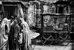 India 1994 - An unsuccessful man (rvjak) Tags: india inde asia asie market marché fruit man homme women femmes noir blanc bw black white nikon f3 rajasthan