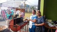 Katy y Marlen en el puesto de comida organizado por la parroquia para recaudar fondos para las obras de la parroquia