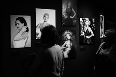 Admiracion entre mujeres... (02/09/2017) (protsalke) Tags: byn monochrome exposition bulgary thyssen museum madrid admiration urban blackandwhite monochromatic lights shadows luces sombras illumination women mujeres city