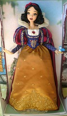 ** Snow White Limited Edition Doll D23 Exclusive with added accesories ** (NєωSαℓємWσℓƒ ♛) Tags: snow white doll limited d23 disney store movie dwarfs princess queen evil hag witch fairest them all 17 red lips ebony hair seven designer fairytale