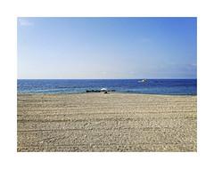 ... (ángel mateo) Tags: ángelmartínmateo ángelmateo almería andalucía españa adra playadellancedelavirgen playa barco cielo soledad sombrilla arena mujer andalusia spain beach boat sky solitude sunshade sand woman