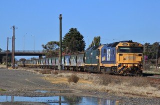 8159 and G523 creep into Horsham Loop to cross The Overland