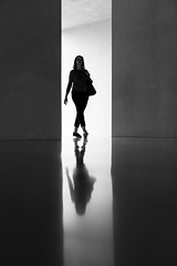 2401 (explored) (.niraw) Tags: köln kolumbamuseum strasenfotografie frau spiegelung symmetrie symmetry bw niraw kunst leer kontrast rahmen hell dunkel schritt tasche blick blickkontakt