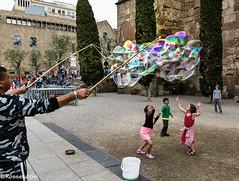 Barcelona Personatges - 10 (rossendgricasas) Tags: people street urban nikon children catalonia barcelona lightroom tamron photography exploration pompas bombolles gòtic pompasdejabon science