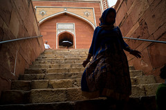 Mysterious woman in blue (enmrd) Tags: humayuntomb delhi india travel people a7s voigtlander28mm red newdelhi 28mm w