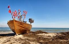Binz Strandfischer Kuse / Rügen (drummerwinger) Tags: rot binz rügen strandfischer kuse canon700d sigma ostsee beach wasser himmel blau meer water boat boot strand fischer sand seetang urlaub