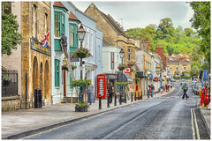 Glastonbury , the main street ... (1) (miriam ulivi OFF /ON) Tags: miriamulivi nikond7200 england somerset glastonbury street streetphotography case alberi cabinatelefonica auto gente houses trees telephonebooth cars people