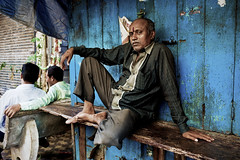 Casual gathering (Mike Foo) Tags: india streetphotography street canon canon5dmark3 candid travel asia indian mumbai bombay city life people artistic