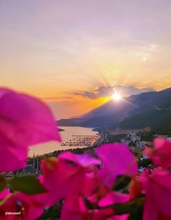 Güneşin güzel yüzü, yüreğine dokunsun, kâbuslar senden uzakta, melekler başucunuda dursun. Güneş öyle bir geceye doğsun ki, dualarınız kabul, Cuma gününüz mübarek olsun dostlarım  Kaş bakacak sunset ❤🌞👍 Kaş bakacak mevkii günb