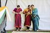 Epingle de sûreté et commérage (044/365) (chando*) Tags: brussels bruxelles femmes gens inde india indianfoodfestival2017 indianwomen indiennes parcducinquantenaire people performance spectacle streetphotography women