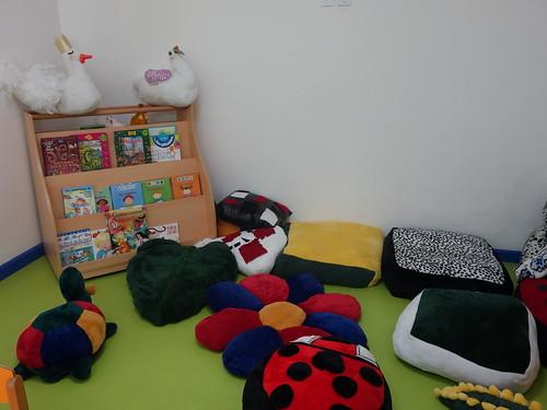La salle de jeux des plus petits (avec de jolies peluches fabriquées dans l'école)