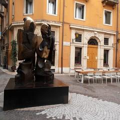 Modern Romeo&Julietta (Navi-Gator) Tags: architecture sculpture verona italy