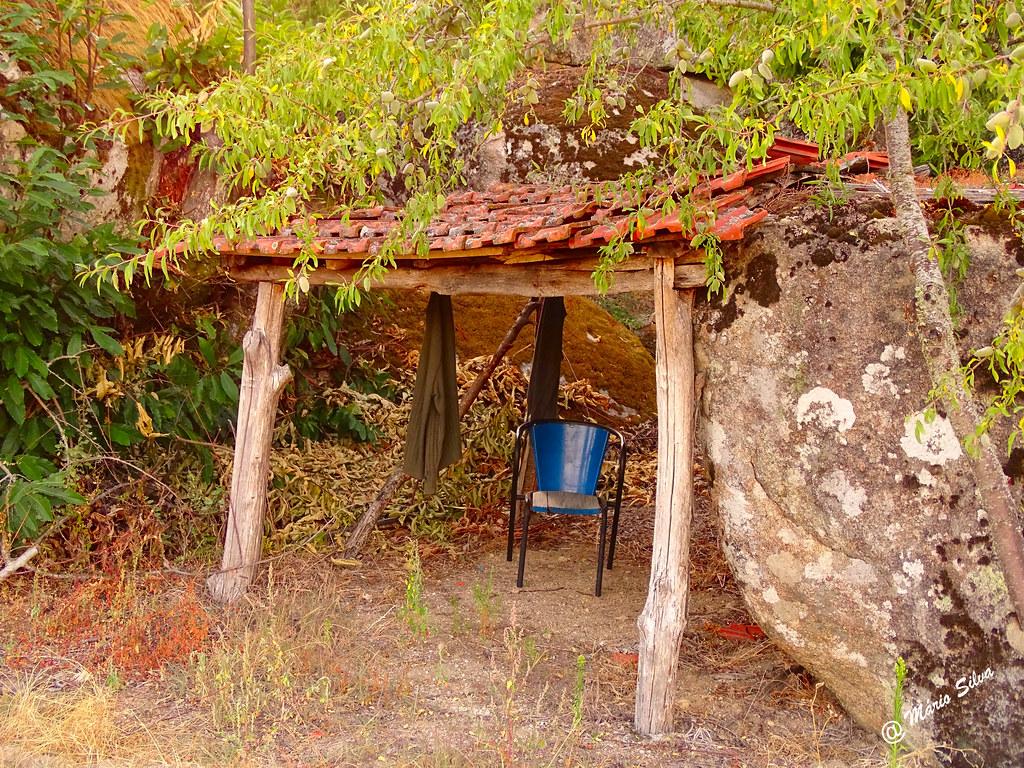 Águas Frias (Chaves) - ... a cadeira azul no abrigo  junto a uma vinha ...