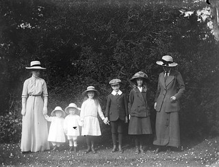 Mote, family 1914. Group of women and children standing in line, two women four girls and a boy