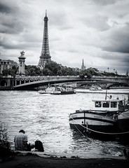Dessiner Paris - Tour Eiffel (Matthieu Manigold) Tags: dessiner paris tour eiffel monochrome monument france bw peniche seine river fleuve peintre pont