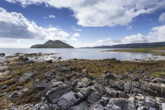 Whiting Bay (on Arran, with Holy Isle in the Background, l.) (Jean Ka) Tags: island isle île insel ayrshire west scotland schottland ecosse outdoor landscape paysage landschaft nuages clouds wolken sea meer mer