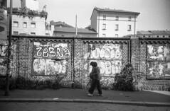 Milano (Valt3r Rav3ra - DEVOted!) Tags: lomo lomography lca lomolca analogico analogica analog analogue film ilford ilfordhp5 bw biancoenero blackandwhite valt3r valterravera visioniurbane urbanvisions streetphotography street milano 35mm sovietcamera