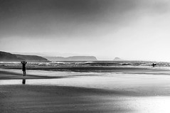 (ccc.39) Tags: asturias gozón xagó playa arena agua mar costa olas orilla cantábrico contralus figura monocromo blancoynegro byn bw black atardecer ocaso sunset beach