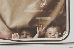 Les voyageurs (Weblody) Tags: caravane bébé electrique caravanhotes rétro vintage fenetre