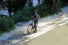 Sommerschnee (ploh1) Tags: frau mensch person fahrrad freiburg