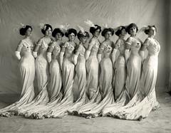 Anglų lietuvių žodynas. Žodis chorus girl reiškia n teatr., kin. choristė; kordebaleto šokėja lietuviškai.