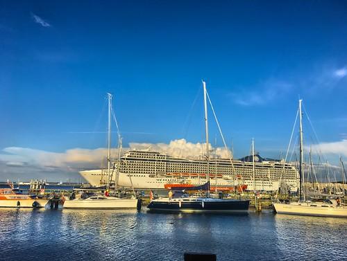 Rostock Warnemuende Hafen Kreuzschiff beim Auslaufen