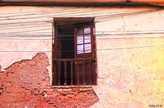 Con vista a los cables (Gaby Fil Φ) Tags: ayacucho departamentoayacucho ventanas antiguo cables perú latinoamérica sudamérica ciudadescolonialesdeaméricalatina ciudadesdelperú ventanasantiguas ciudaddeayacucho