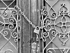 Trentino 2017 (themancos) Tags: trentino trento blackandwhite blackwhite bw biancoenero porta vecchiaporta olddoor lucchetto padlock door italy