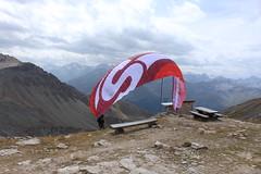 décollage à la cabane des Becs de Bosson (bulbocode909) Tags: valais suisse cabanedesbecsdebosson valdanniviers valdhérens vercofly parapentes grimentz montagnes nature bancs tables paysages rouge nuages
