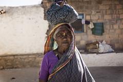 PATTADAKALL : ELLES PORTENT TOUT SUR LEUR TÊTE (pierre.arnoldi) Tags: inde india pierrearnoldi photographequébécois karnataka pattadakall portraitdefemme portraitsderue photoderue photooriginale canon tamron