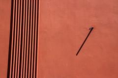 siccità (meghimeg) Tags: 2017 lavagna muro wall monocromo rosso red rot royo tubi tube ombra shadow sole sun