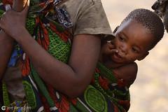 15-09-16 Ruta Okavango Namibia (502) R01 (Nikobo3) Tags: áfrica namibia khaudum tamsu nyaenyae bosquimanos culturas color tribus etnias people gentes portraits retratos social pueblos poblados aldeas rural vidasalvaje travel viajes nikon nikond800 d800 nikon7020028vrii nikobo joségarcíacobo flickrtravelaward ngc wonderfulworld natgeofacesoftheworld