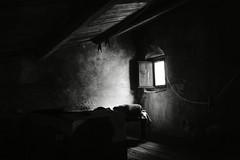 senza tempo 1 (duegnazio) Tags: soffitta finestra bw bn biancoenero 2017 duegnazio 40d canon