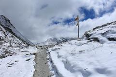 Col des Roux (bulbocode909) Tags: valais suisse dixence coldesroux hérémence combedeprafleuri valdesdix montagnes nature sentiers neige panneaux nuages bleu