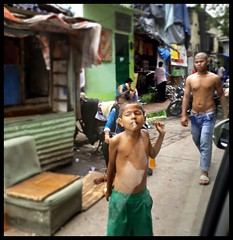 Seen while stuck in traffic (indianature13) Tags: monsoon indianature rain september 2017 mumbai bombay india maharashtra stuckintraffic fromthecar ontheroad road roadside urban citylife cityscape city slum slumkids slumdwelling life lifeinmumbai society people lifeslikethat bandra 400050 mumbai400050 bandrasuburb vandre