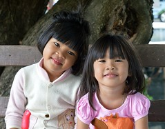 cute sisters (the foreign photographer - ฝรั่งถ่) Tags: two cute sisters tree wooden bench khlong thanon portraits bangkhen bangkok thailand nikon d3200 50mm f18 g