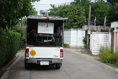 the eggmobile (the foreign photographer - ฝรั่งถ่) Tags: dscjun202015sony pickup truck eggs loudspeaker selling our street bangkhen bangkok thailand sony rx100