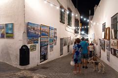 Un paseo por el Arte (Alicia Clerencia) Tags: ayamonte verano summer nocturna nightime street urbana gente people fiesta fair painting pintura