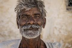 PATTADAKALL: UN AUTRE PORTRAIT BARBU (pierre.arnoldi) Tags: inde india canon tamron pattadakall karnataka portraitdhomme portraitsderue pierrearnoldi photoderue photographequébécois photooriginale photocouleur barbu