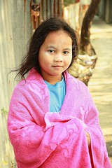 girl wrapped in pink towel (the foreign photographer - ฝรั่งถ่) Tags: girl child pink towel wrapped khlong thanon portraits bangkhen bangkok thailand canon kiss