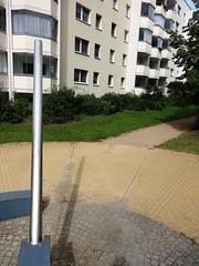 1995 Berlin Sonnenuhr von Günter Maser Edelstahl Innenhof Biesenbrower Straße 103-117 in 13057 Neu-Hohenschönhausen (Bergfels) Tags: skulpturenführer bergfels 1995 1990er 20jh nach1989 berlin sonnenuhr uhr güntermaser gmaser maser edelstahl biesenbrowerstrase 13057 neuhohenschönhausen skulptur plastik beschriftet