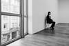 Museumswärterin, konzentriert wartend. (Werner Schnell Images (2.stream)) Tags: ws mmk museum für moderne kunst frankfurt museumswärterin