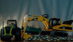 Working Machines (Günter Hentschel) Tags: arbeit work maschinen machines bruder bruderspielwaren bagger bunt farben gelb grün bierstöpsel bierdeckel verrücktebilder verrückt dieanderenbilder indoor flickr hentschel spielwaren spielzeug deutschland germany germania alemania allemagne europa nrw nikon nikond5500 d5500