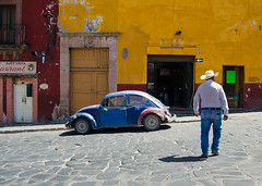 (c h r i s t o s) Tags: sanmigueldeallende mexico colonial spanish town beetle car classic vw volkswagen ranchero cowboy farmer street