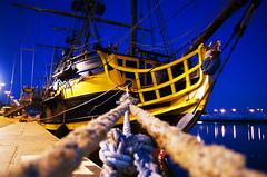 Amarré (Atreides59) Tags: saint malo saintmalo st stmalo bateau boat nuit night eau water mer sea bretagne france lumière light lumières lights jaune yellow blue bleu voilier pentax k30 k 30 pentaxart atreides atreides59 cedriclafrance