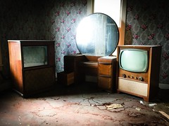 multiple viewing options...(golden ranger house) (Aces & Eights Photography) Tags: abandoned abandonment decay ruraldecay oldhouse abandonedhouse oldtelevision oldtv