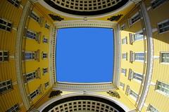ins Blaue hinein (ploh1) Tags: stpetersburg russland himmel generalstabsgebäude fenster fassade schöneswetter fisheye weitwinkel architektur bauwerk gebäude gelb loch öffnung