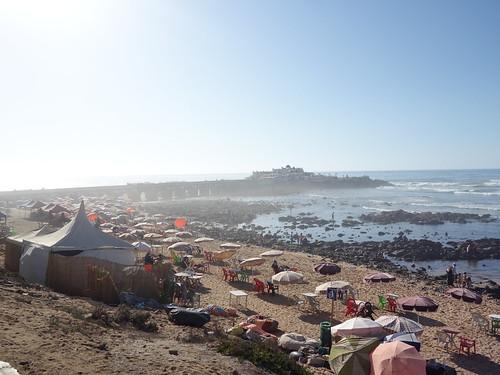 La plage et la presque-île, qui selon la légende abriterait des activités de sorcellerie