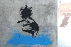 Splash ! (just.Luc) Tags: urbanart streetart stencil water eau wasser splash plons amburgo hamburg hambourg allemagne deutschland duitsland germany europa europe graffiti girl meisje mädchen fille kind enfant child kid ferdinandstor vand acqua agua