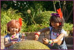 Kindergartenkinder ... hier oben kommt das Wasser raus ... (Kindergartenkinder) Tags: sommer sanrike blumen personen grugapark essen kindergartenkinder garten blume park annette himstedt dolls kindra